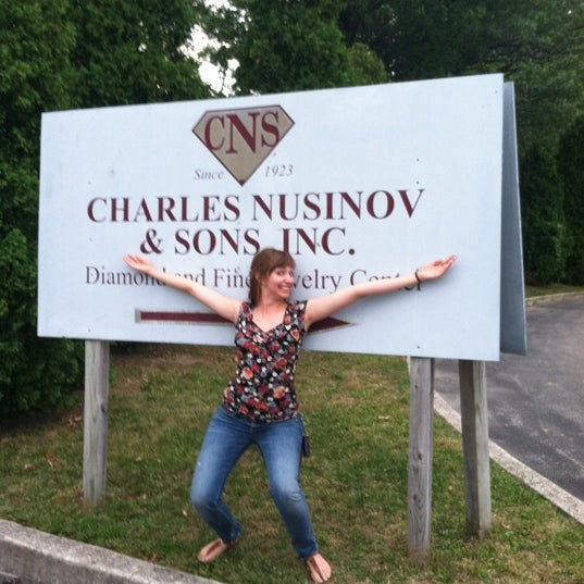 Photo prise au Charles Nusinov & Sons par Meghann H. le7/14/2012