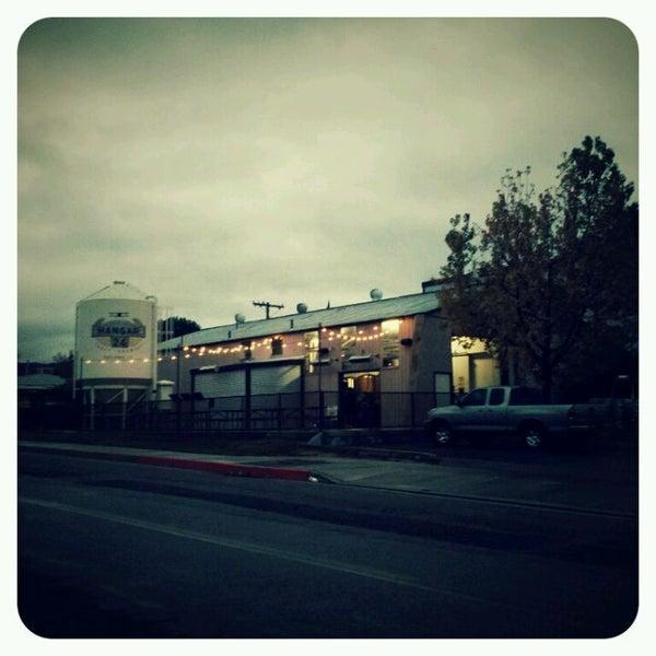 Foto tirada no(a) Hangar 24 Craft Brewery por Asa M. em 12/13/2011