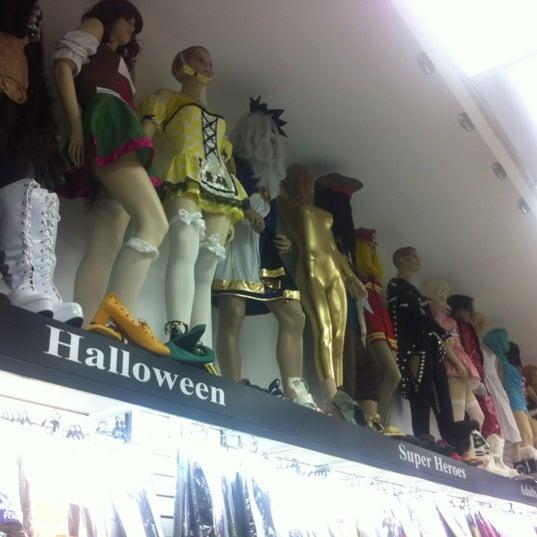 """Das Foto wurde bei Hollywood Toys & Costumes von Danielle """"Norm"""" F. am 8/26/2012 aufgenommen"""