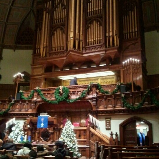 Foto diambil di Fifth Avenue Presbyterian Church oleh Paula S. pada 12/25/2011