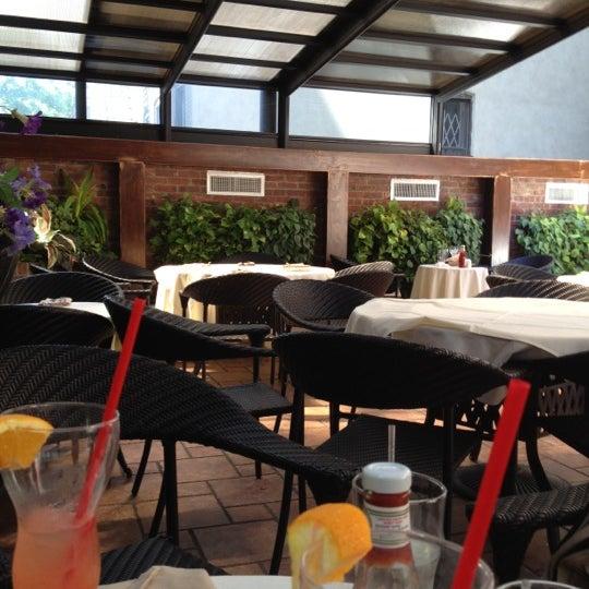 Foto tirada no(a) Bourbon Street Bar & Grille por Richarf S. em 5/19/2012