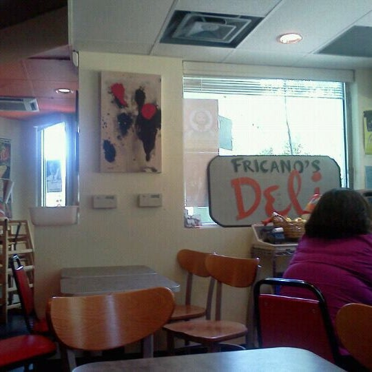รูปภาพถ่ายที่ Fricano's Deli & Catering โดย Lindsey G. เมื่อ 5/23/2012