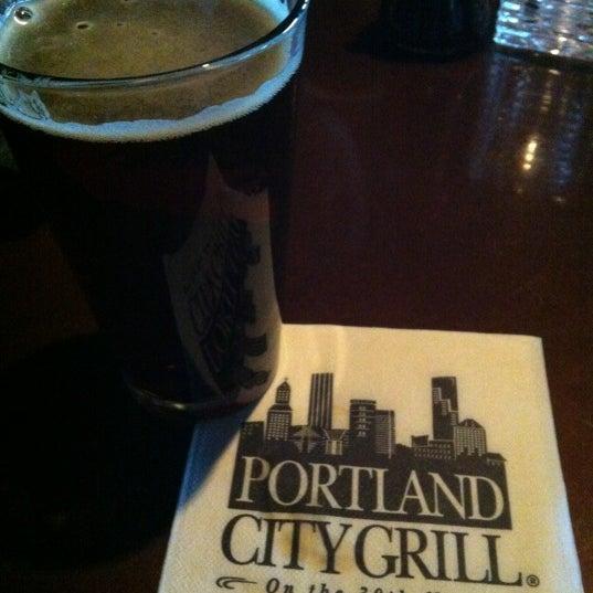 Foto tomada en Portland City Grill por Akiko F. el 6/14/2012