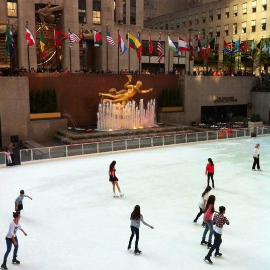 Das Foto wurde bei The Rink at Rockefeller Center von Liz D. am 4/19/2012 aufgenommen