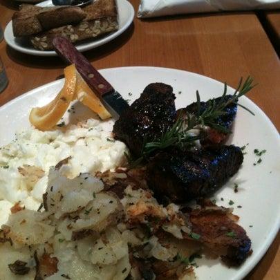 8/25/2012 tarihinde Krizen-Joi T.ziyaretçi tarafından Plums Cafe and Catering'de çekilen fotoğraf