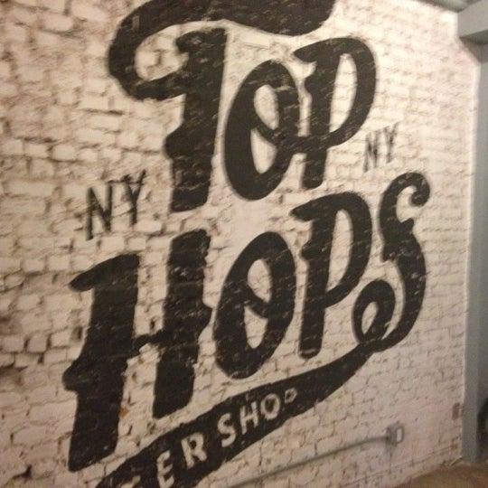 Foto scattata a Top Hops da Brian C. il 2/4/2012