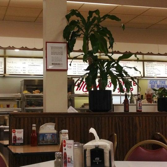 Foto diambil di Manny's Cafeteria & Delicatessen oleh Jason P. pada 3/3/2012