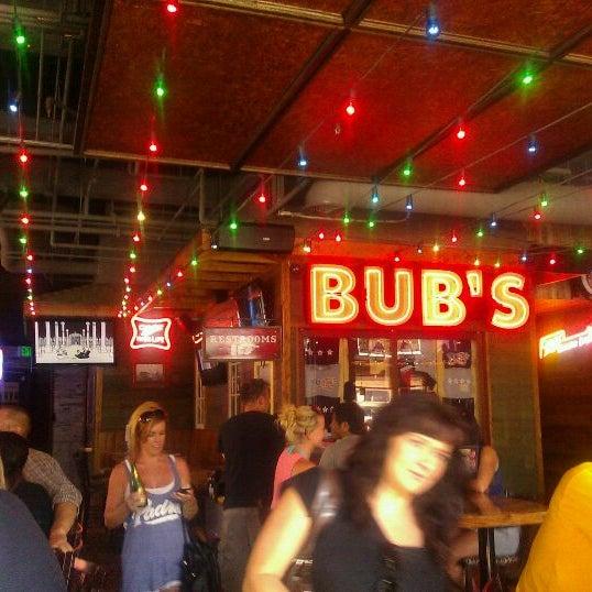 รูปภาพถ่ายที่ Bub's at the Ballpark โดย James H. เมื่อ 9/4/2011