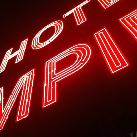 Снимок сделан в The Empire Hotel Rooftop пользователем Keston D. 9/7/2012