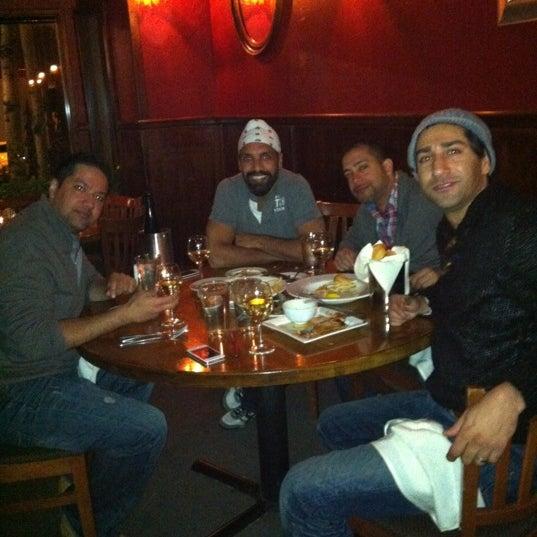 Foto tomada en Southridge Seafood Grill por Amit K. el 3/30/2012