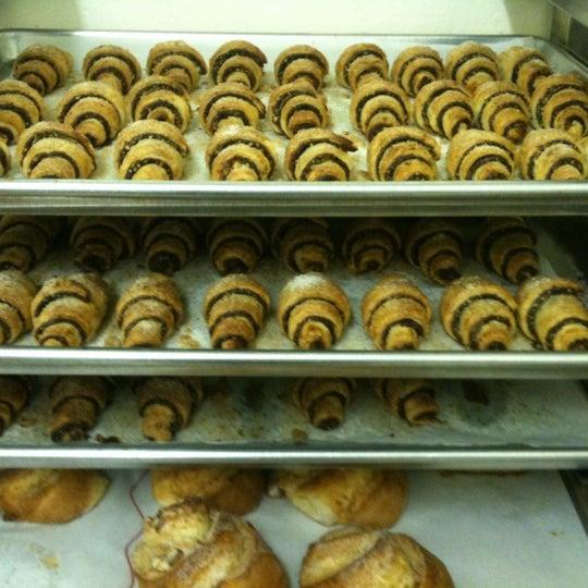 รูปภาพถ่ายที่ Zucker Bakery โดย Zucker B. เมื่อ 12/30/2011