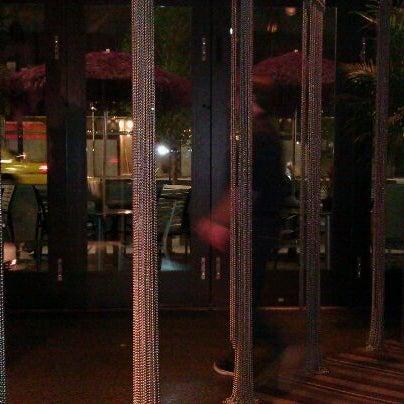 Foto diambil di The Corner Office Restaurant & Martini Bar oleh iDakota pada 9/21/2011