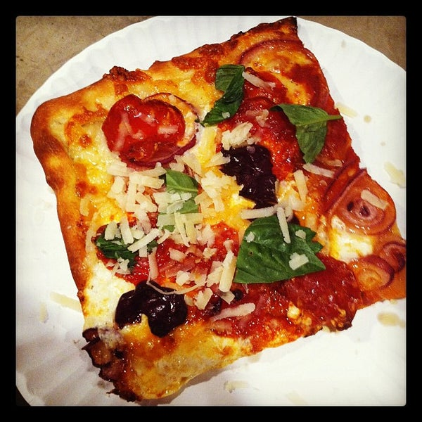 Foto tomada en Nonna's L.E.S. Pizzeria por Nicky D. el 8/7/2012