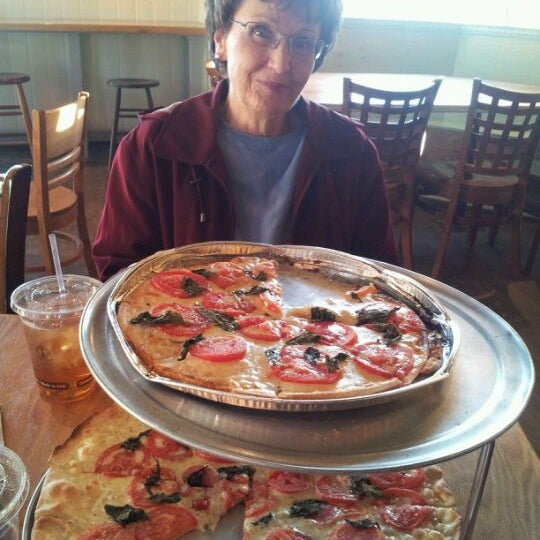 Foto tomada en West Crust Artisan Pizza por Jonathan K. el 12/21/2011