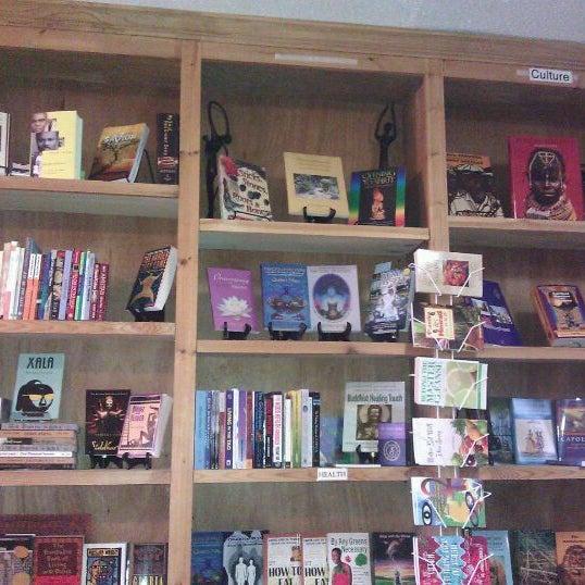 Foto scattata a Sankofa Books & Video da Jennifer il 12/15/2011