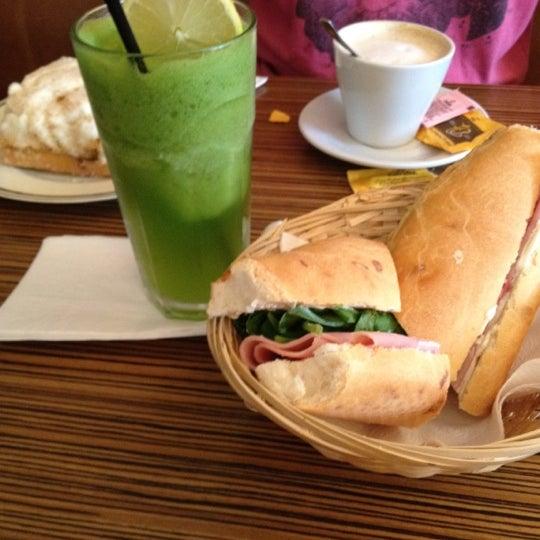 Снимок сделан в Mark's Deli & Coffee House пользователем Martin A. 4/14/2012