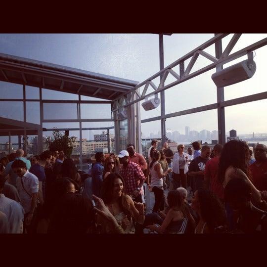Foto scattata a Plunge Rooftop Bar & Lounge da Oz S. il 6/10/2012