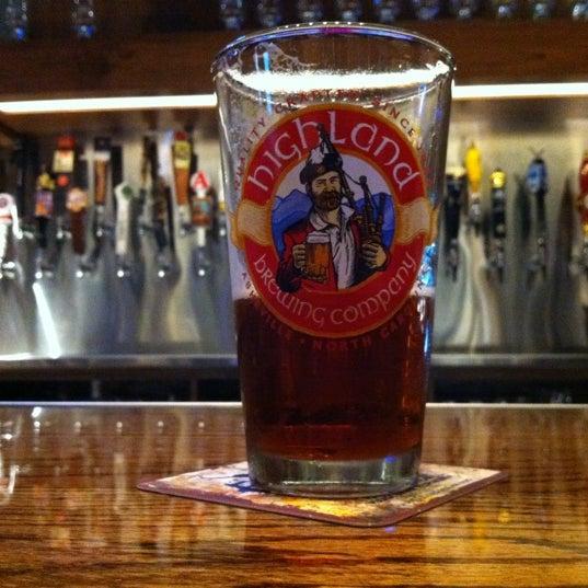 รูปภาพถ่ายที่ Tyler's Restaurant & Taproom โดย Donna E. เมื่อ 5/17/2012