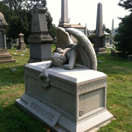 Foto tomada en Green-Wood Cemetery por Brian M. el 8/17/2012