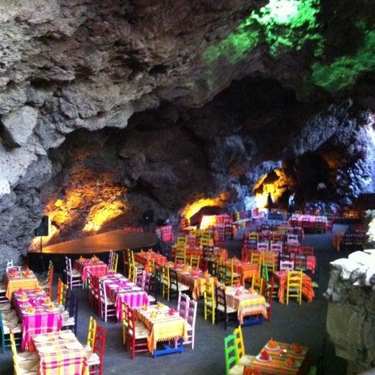 Foto tomada en La Gruta Restaurant por Roberto O. el 3/7/2012