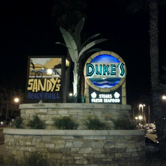 Foto diambil di Duke's oleh John V. pada 8/1/2011