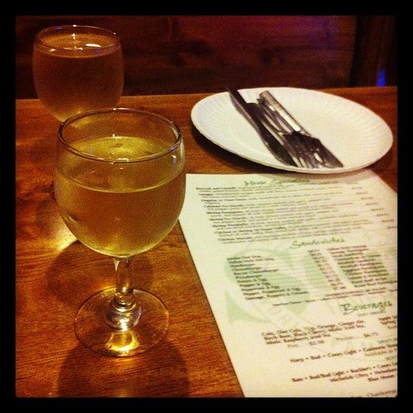 รูปภาพถ่ายที่ Star Tavern Pizzeria โดย D.j. C. เมื่อ 9/6/2012