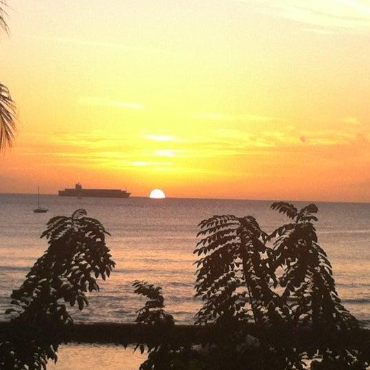 Foto tomada en Duke's Waikiki por Hannah M. el 12/11/2011