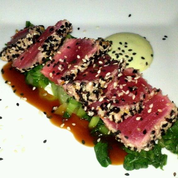 Photo prise au Honu Kitchen And Cocktails par Christy M. le4/22/2012