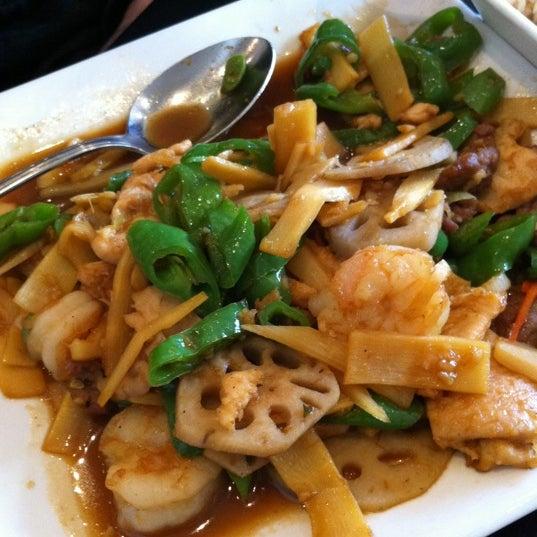Foto scattata a Koi Fine Asian Cuisine & Lounge da Jay H. il 2/23/2011