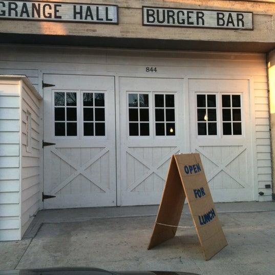 Photo prise au Grange Hall Burger Bar par Kelly K. le3/8/2012