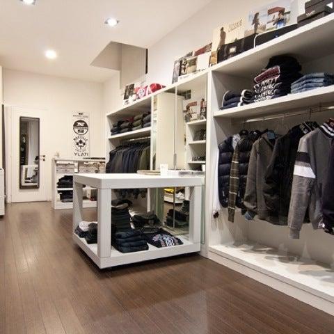 รูปภาพถ่ายที่ Simply Clothing โดย Andrea f. เมื่อ 4/23/2012