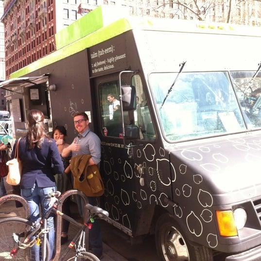3/14/2012 tarihinde Nathan M.ziyaretçi tarafından Taïm Mobile Falafel & Smoothie Truck'de çekilen fotoğraf
