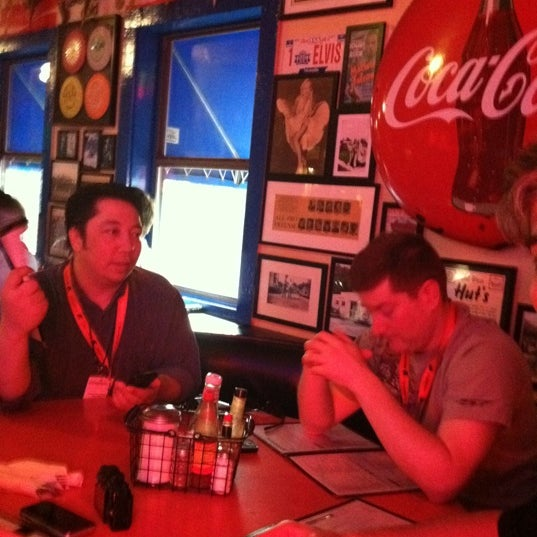 Foto tirada no(a) Hut's Hamburgers por Gabe O. em 3/13/2012