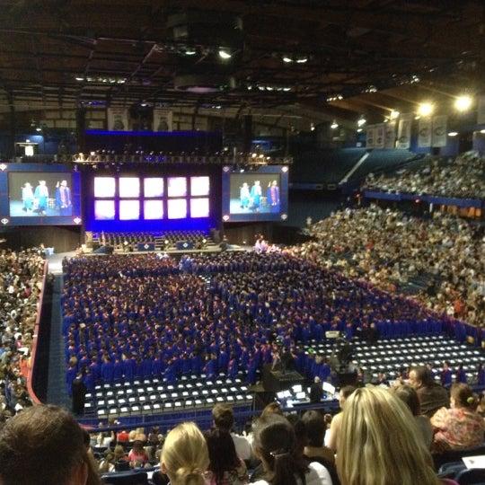 รูปภาพถ่ายที่ Allstate Arena โดย Stephanie T. เมื่อ 6/10/2012
