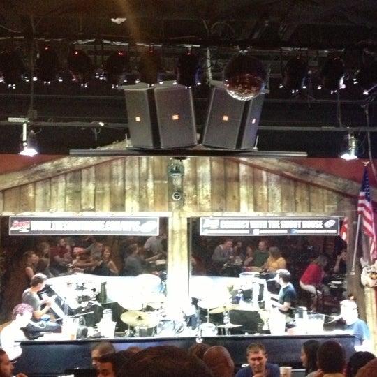 Das Foto wurde bei Shout House Dueling Pianos von Jason C. am 8/22/2012 aufgenommen