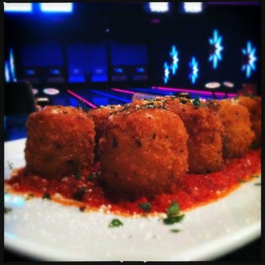 Снимок сделан в Kings Dining & Entertainment пользователем Leigh L. 7/26/2012