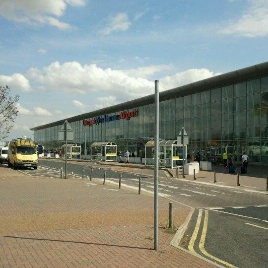 รูปภาพถ่ายที่ Liverpool John Lennon Airport (LPL) โดย Davide B. เมื่อ 8/22/2011