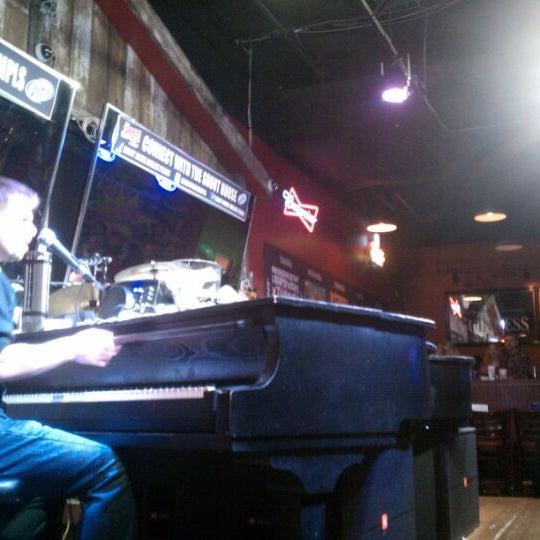 Das Foto wurde bei Shout House Dueling Pianos von Joe C. am 12/11/2011 aufgenommen