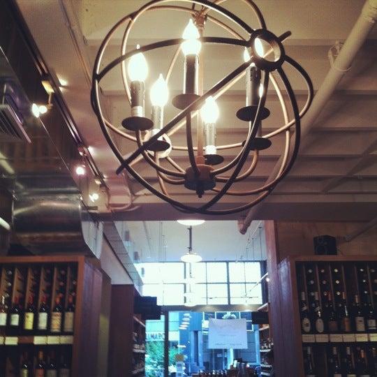Photo prise au Flatiron Wines & Spirits - Manhattan par Tara T. le7/28/2012