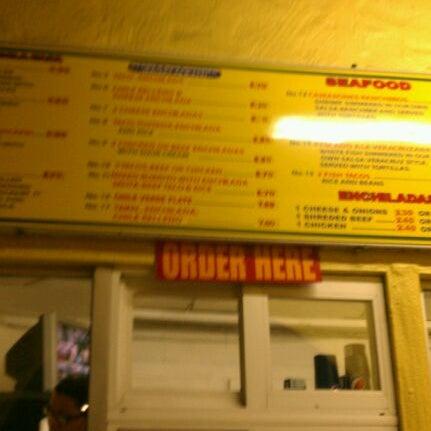 Foto tomada en Taco Fiesta por Ben R. el 1/12/2012
