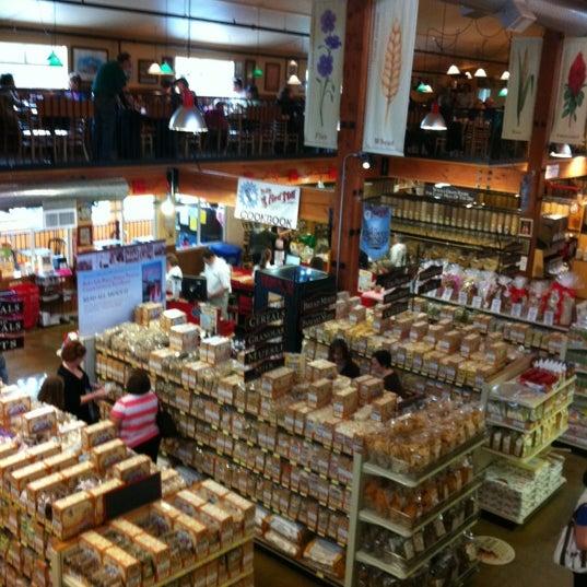รูปภาพถ่ายที่ Bob's Red Mill Whole Grain Store โดย Lisa B. เมื่อ 4/21/2012