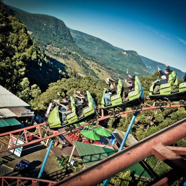Para os amantes de aventura e emoções, o Alpen Park oferece uma variedade de atrativos que fazem a adrenalina falar mais alto. Acesse: www.alpenpark.com.br