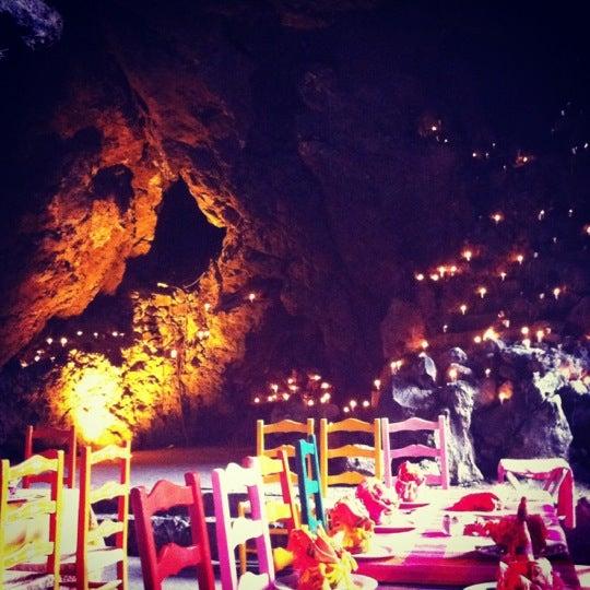 Foto tomada en La Gruta Restaurant por Adriana R. el 5/6/2012
