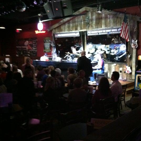 Das Foto wurde bei Shout House Dueling Pianos von mike m. am 3/16/2012 aufgenommen