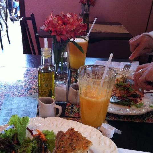 Foto diambil di Café Ambrosio oleh Regiane V. pada 10/21/2011