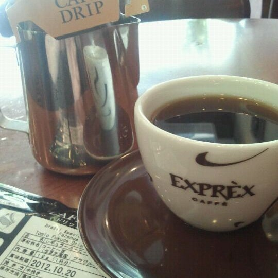 รูปภาพถ่ายที่ Exprèx Caffè โดย Roberto T. เมื่อ 12/1/2011