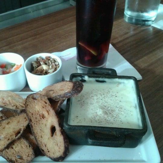 Foto scattata a Province Urban Kitchen & Bar da Donna D. il 8/24/2012
