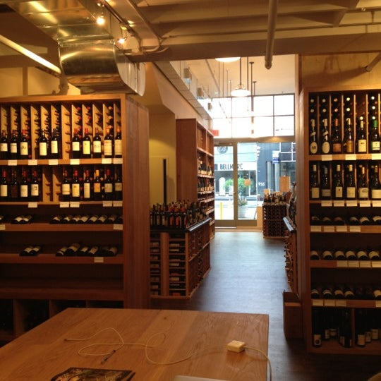 Photo prise au Flatiron Wines & Spirits - Manhattan par Laurel T. le5/19/2012