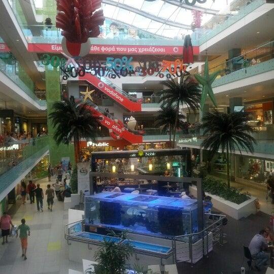 รูปภาพถ่ายที่ Athens Metro Mall โดย Andreas A. เมื่อ 8/31/2012