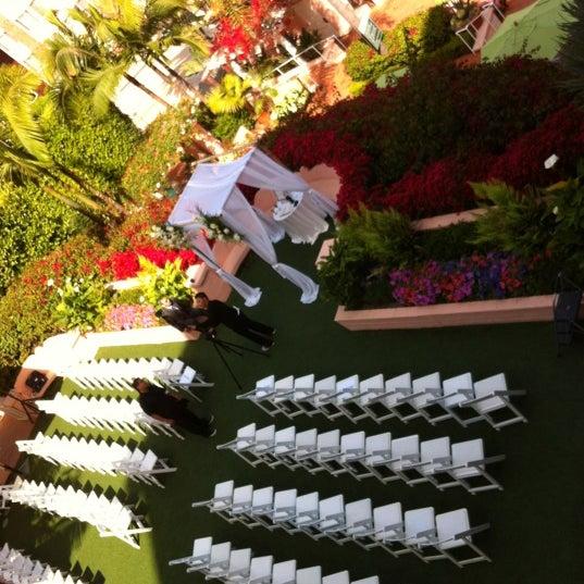 Снимок сделан в La Valencia Hotel пользователем Debra R. 5/21/2012